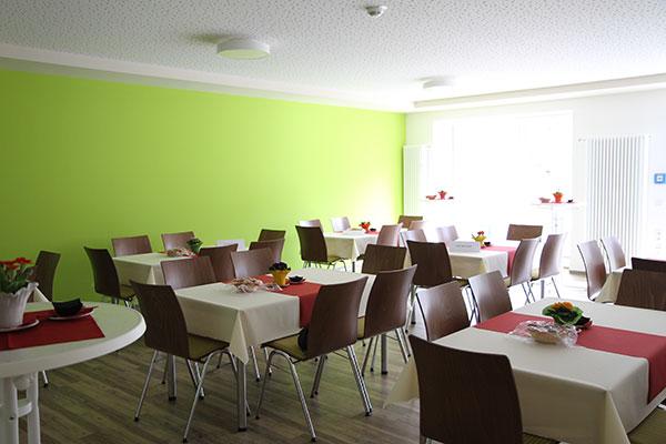 Stühle und Tische, die mit weißen Tischdecken gedeckt sind